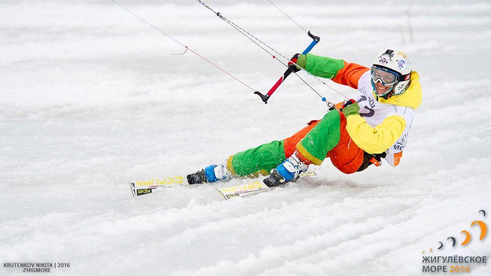 с парашютом на лыжах - кайтинг